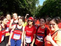 Läuferinnen mit BALANCE Laufshirts beim Start