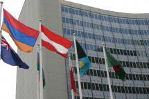 Flaggen wehen vor dem UN-Gebäude in Wien