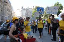 TeilnehmerInnen der Power Parade mit Luftballons und Schildern
