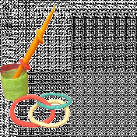 umfilztes Glas, Kugelschreiber und Haargummi