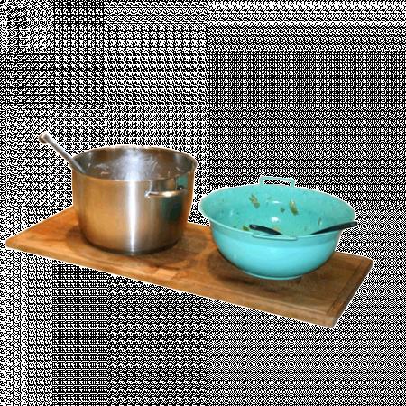 Topf und Salatschüssel auf einem Holzbrett